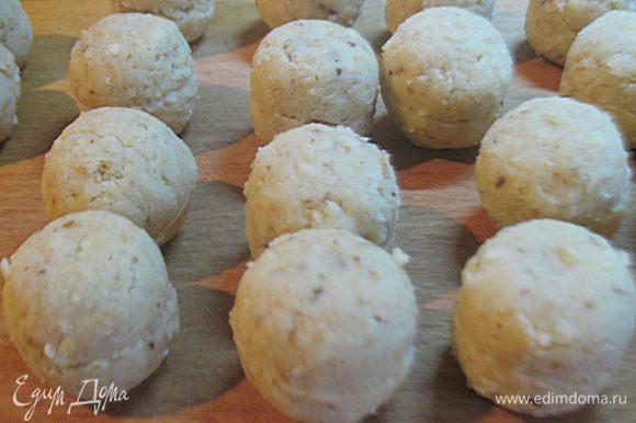 Полечившейся массы формируем шарики диаметром 2,5 – 3 см. В каждый шарик воткнуть палочку и положить в холодильник на 20 минут.