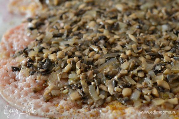 Выложить начинку из грибов,равномерно нанести на отбитое филе.