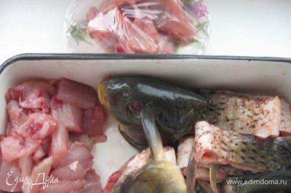 В вырезанных кусках отделить мякоть и кости (позвоночные и реберные). А о мелких косточках внутри мякоти позаботится мясорубка. Сложить кости в марлевый мешочек, туда же отправить луковую шелуху.
