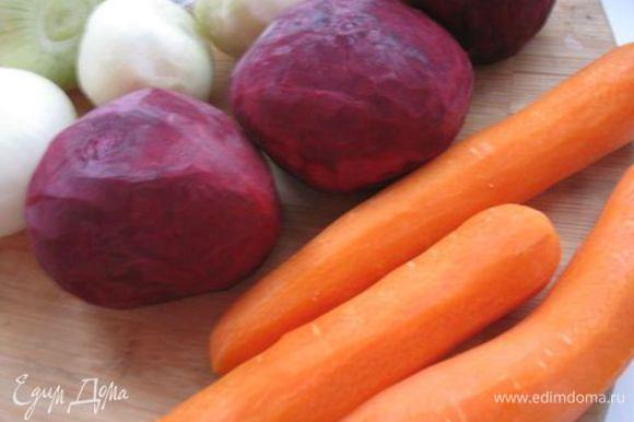 С черствого хлеба срезать корки, хлеб замочить в холодной воде, хорошо отжать. Очистить лук (шелуху не выбрасываем), морковь, свеклу.