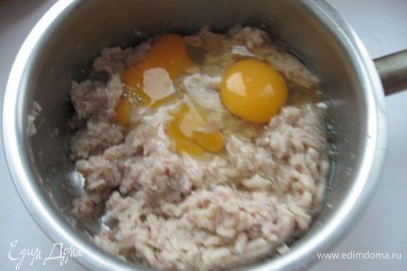 Нарезать 1 луковицу. Мякоть карпа с хлебом, луком дважды пропустить через мясорубку, добавить яйца, оливковое масло, соль, сахар, молотый перец. Тщательно перемешать, слегка взбить.