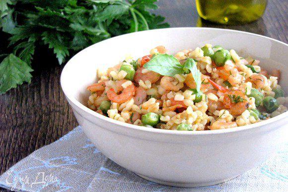 Готовый булгур соединить с креветками, добавить мелко нарезанную зелень, перемешать. Выложить в тарелки. Очень вкусно в горячем и холодном виде. Приятного аппетита!