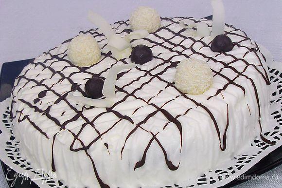 украшаем конфетами и кокосовой стружкой. Такой тортик украсит Ваш праздничный стол и порадует Вас и ваших гостей чудесным вкусом.