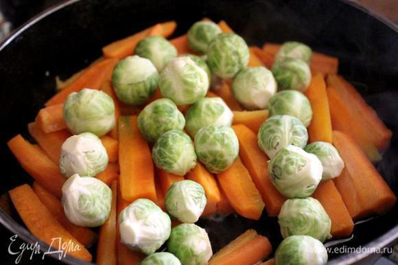 В это время подготовить овощи для гарнира. Картофель очистить, нарезать дольками и отварить или обжарить. Морковь очистить, нарезать брусочками и потушить на сковороде на среднем огне с добавлением небольшого количества растительного масла. За 7-10 минут до готовности добавить соцветия брокколи.