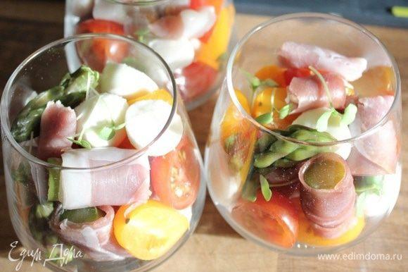 По стаканчикам разложить овощи, мясо, сыр и базилик.