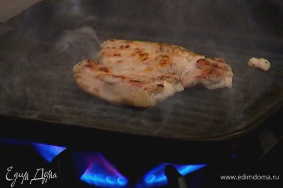 Разогреть сковороду-гриль и обжаривать мясо по 3–4 минуты с каждой стороны.