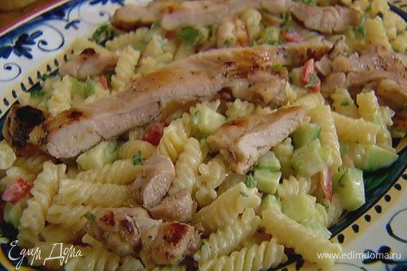 Куриное мясо нарезать тонкими полосками и выложить сверху на салат.