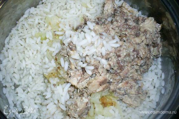 Рис отвариваем в подсоленной воде. К остывшему рису добавляем обжаренный лук и размятую вилкой консерву. Все перемешиваем до однородности.