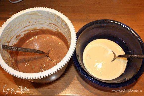 Начинаем с крема. Взбиваем в миксере масло и постепенно добавляем сгущенное молоко. Взбиваем до однородного состояния, добавляем пищевой краситель и убираем в холодильник. Делаем кексы. Желтки взбить с половиной сахара. Белки взбить со второй половиной сахара в пену. Соединить белки с желтками. Смешать соду и сметану. Масса начнет увеличиваться. Добавьте ее к яйцам. Масло растопить и добавить в тесто. Теперь мука. Тесто разделить на две часть. В одну добавить кофе и перемешать.