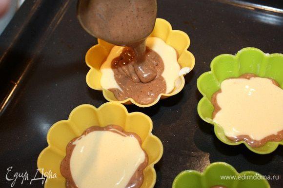Формочки смазать маслом. Выкладываем 1 ложку теста с кофе, 1 ложку светлого теста и заканчиваем 1 ложкой кофейного. Выпекать 20 мин при температуре 180 градусов.