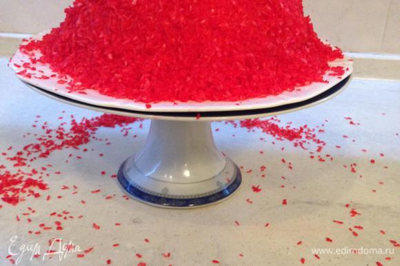 Кокосовую стружку окрашиваем в нужный цвет (прекрасно подойдет и сок граната). Обильно посыпаем наш торт кокосом