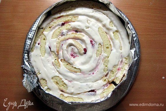 Затем следующую полосу приставить к «хвосту» первого рулета и обмотать вокруг. И так с каждой полосой, пока не сформируется весь торт.