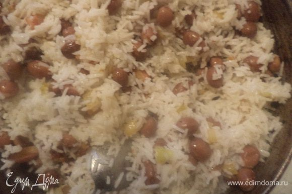 Рис и фасоль добавить к луку с беконом, посолить, поперчить. Всё тщательно перемешать и прогреть. Сбрызнуть растительным маслом. Украсить зеленью петрушки. Угощайтесь!!!