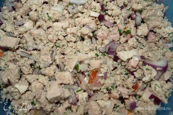 Готовим начинку. Свинину разделяем на две части. Одну часть варим с лавровым листом, перцем горошек, соль по вкусу. Вторую часть пропускаем через мясорубку с луком и обжариваем, добавляем по вкусу молотый перец, соль Отварную свинину режем кубиками, добавляем мелко нарезанный укроп и 1 мелко нашинкованную луковицу Соединяем фарш и свинину кубиками. И оставляем в холодильнике, пока будем готовить тесто. Начинка: Свинина постная — 1кг Грудинка копченная — 100 г Лук — 4 шт. Соль — по вкусу Перец — по вкусу Укроп — 10 г Бальзамический уксус — 2 ст. ложки Можжевеловые ягоды — 7 шт. Бульон — 50 г Стручковая фасоль — 4 шт. Перец горошком — 8 шт. Лавровый лист — 4 шт.