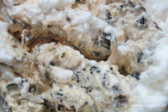 Ввести треть белковой массы в тесто, перемешать, добавить оставшуюся белковую массу, вымесить лопаткой.