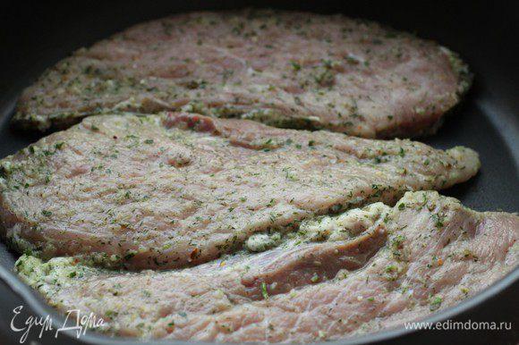 Достать отбивные, убрать с мяса маринад при помощи бумажной салфетки и быстро обжарить на сильном огне с двух сторон по 1,5-2 минуты каждую сторону. Должна получится корочка, которая позволит соку остаться внутри мяса.