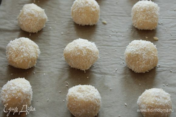Скатываем шарик и обваливаем в кокосовой стружке. Выкладываем печенье на противень с пекарской бумагой и выпекаем примерно 15-20 минут.