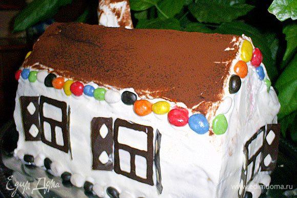 Крышу домика посыпаем через ситечко какао. Украшаем разноцветным драже. Приклеиваем готовый шоколадный декор. Избушка готова! Приятного аппетита!!! Удивляйте и наслаждайтесь!!!