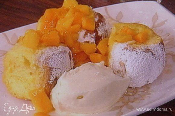 А так можно побаловать своих любимых в праздник. Для этого очистить манго (или любой другой фрукт, так же можно использовать ягоды), нарезать на кусочки и притушить с сахаром, соком апельсина( мы ещё его не использовали) и соком лимона до консистенции соуса ( можно использовать крепкий алкоголь: ром, коньяк...). Подать булочки с манговым соусом и шариком вами любимого мороженого. Приятного аппетита!