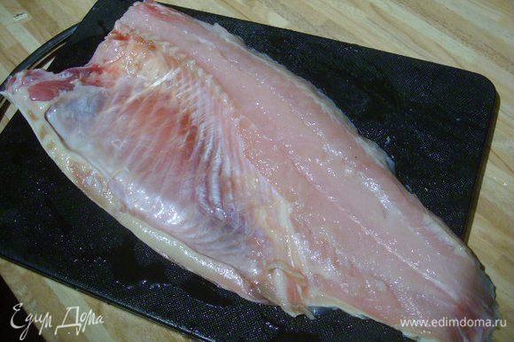 Рыбу разделать на филе. Посолить, поперчить.