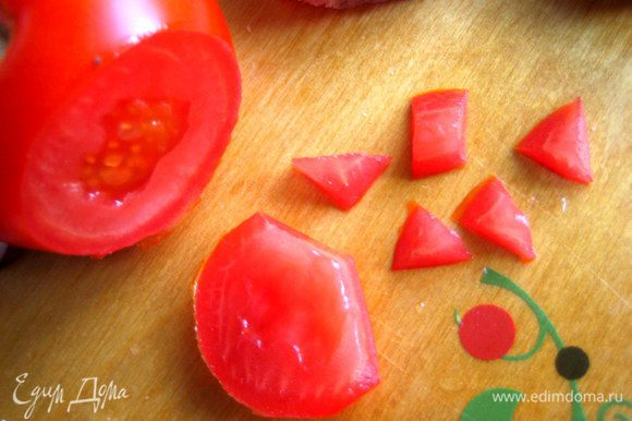 Из помидорки или красного сладкого(!) перца вырезаем треугольный носик!