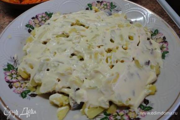 Вареный картофель также нарезать кусочками и выложить на сельдь. Картофель не солить даже при варке, т.к. он находиться между сельдью и майонезом, которым вы покрываете картофель.