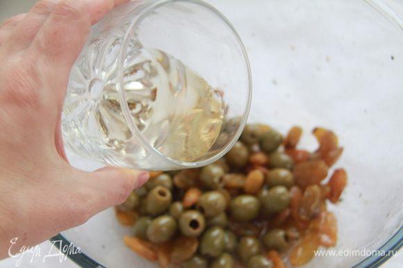 Через указанное время вынуть курицу и выложить мясо в форму для запекания (у меня керамическая овальная объёмом 2,5 литра). В маринад добавить белое вино, перемешать.