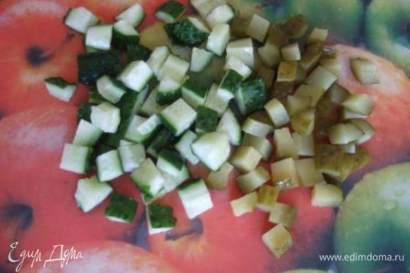 Огурцы нарезать средними кубиками.