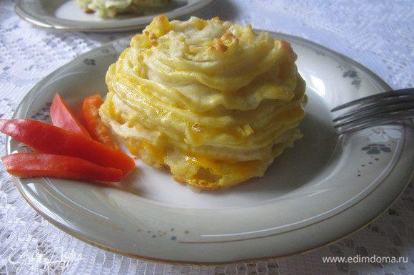 """На смазанном маслом противне разложить обжаренные котлеты. Вокруг котлеток с помощью кондитерского мешка отсадить картофельное пюре в виде «гнёздышек». В каждое """"гнездышко"""" сверху положить натёртый сыр. Картофельное пюре аккуратно смазать желтком (по желанию).Выпекать в заранее разогретой до 180 градусов духовке 20-25 минут. Приятного аппетита!"""