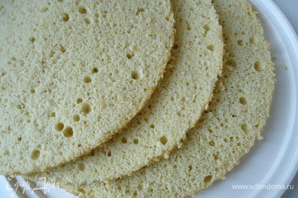 Сборка торта: Дно и бока формы выстелить файлами. Бисквит разрезать на три коржа.