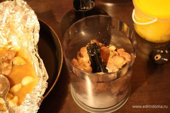 Измельчаем в блендере вместе с ягодами можжевельника и сливками до однородной массы. Солим и перчим по вкусу.