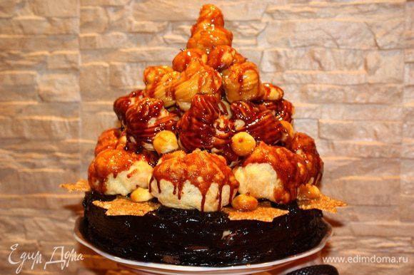 Даем торту пропитаться и застыть карамели.