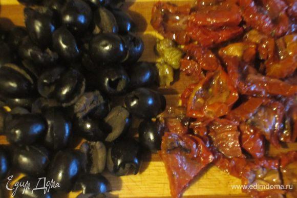 Оливки нарезать колечками.Вяленые помидоры откинуть на дуршлаг на 15 минут,затем крупно нарезать.