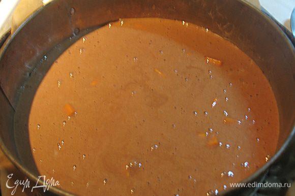 Тыкву нарезаем мелким кубиком. Добавляем к тесту и аккуратно перемешиваем. Тесто выливаем в форму и выпекаем в предварительно разогретой до 180 градусов духовке 20-30 минут. Проверяем бисквит на готовность надавливая на него лопаткой, готовый бисквит пружинит.