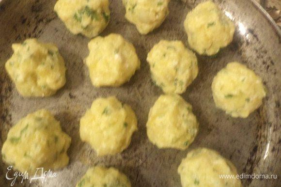 Форму для запекания смазать сливочным маслом. Выложить картофельную массу на противень столовой ложкой в виде небольших пышек. Запекать при температуре 180°С 30-40 минут, до красивой румяной корочки.