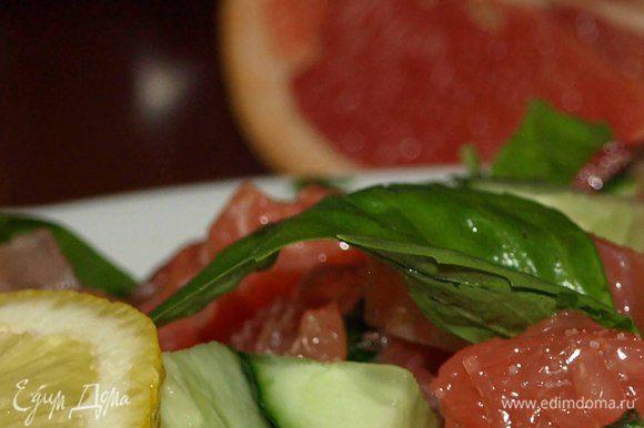 Шпинат укладываем на тарелку, сверху — салат из семги, грейпфрута, огурцов, помидоров черри.