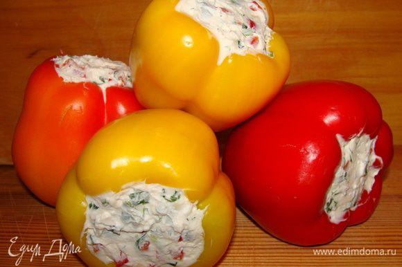 Готовые перцы убрать на несколько часов в холодильник.