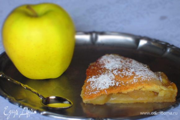 Поверхность пирога смазать водой и посыпать оставшемся сахаром. Выпекать в разогретой до 180°С духовке 40 минут. Приятного аппетита:)