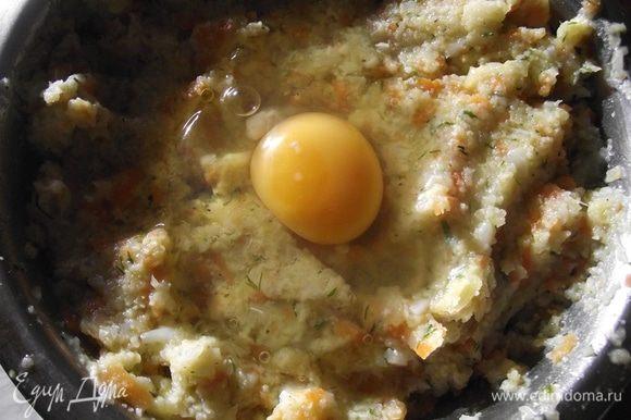 Все овощи измельчаем при помощи мясорубки или комбайна, добавляем соль, перец, яйцо, 3 ст.л. муки и хорошо перемешиваем фарш.