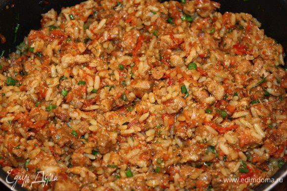 Лук и морковь почистить, вымыть, лук порезать на кубики, а морковь натереть на крупной терке. Мясо порезать на кусочки. Помидоры ошпарить и снять с них кожуру. Тушить около часа. Добавить соль, перец по вкусу. Отдельно сварить рис и за 5 минут до окончания тушения добавить его к мясу, а также мелко порезанный укроп.