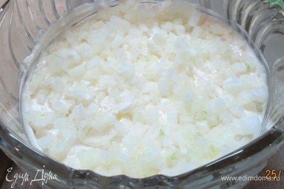 Лук мелко крошим, выкладываем на картофель. И снова – майонез.