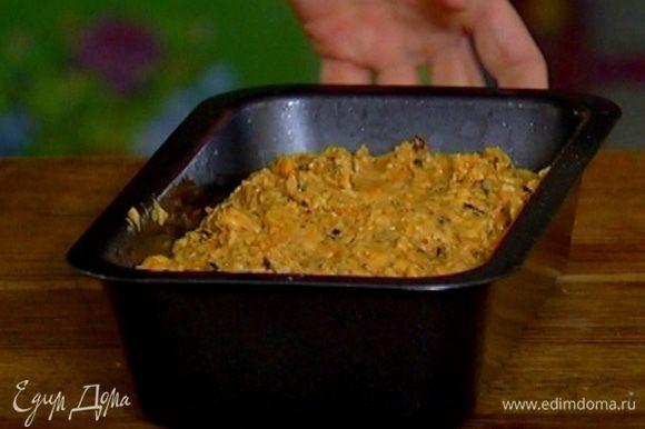 Прямоугольную форму для выпечки смазать оставшимся оливковым маслом, выложить тесто, разровнять его и выпекать в разогретой духовке 40 минут.
