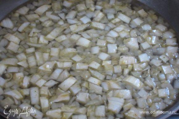 Добавить к луку фенхель, влить бульон и тушить на среднем огне 20 минут.