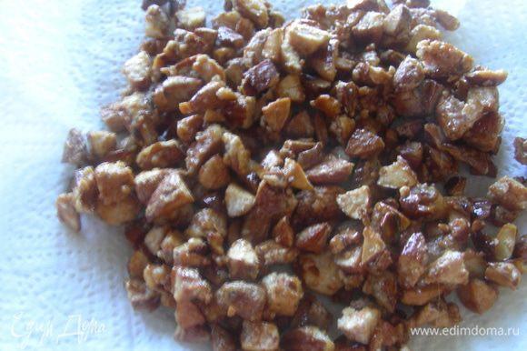 Выкладываем их в сковороду, добавляем сахарную пудру и карамелизируем их. Это занимает 3-5 минут - сахар должен стать коричневым.