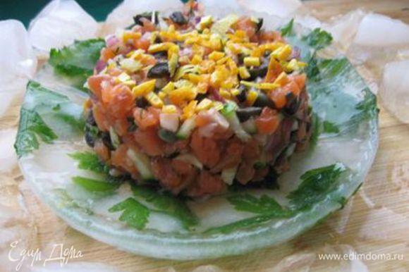Оформить с помощью кольца в виде цилиндра. Украсить измельченной цедрой лимона и апельсина, поместить в ледяную тарелку. Приятного аппетита!