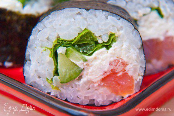Приступаем с скручиванию роллов. На циновку кладем лист нори и отступив от дальнего края 4 см выкладываем рис (руки каждый раз, перед таем как взять порцию риса смачиваем в воде) Выкладываем сливочный сыр, огурец, авокадо, рыбу и начинаем скручивать ролл, формуем циновкой. Далее разрезаем пополам и потом каждую половинку разрезаем на 2 части. Приятного аппетита!