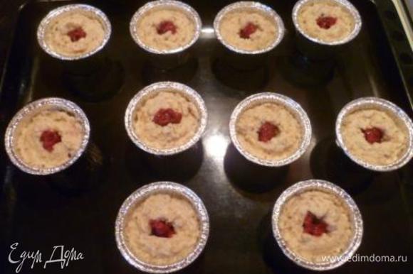 В центре каждого пирожного сделать углубление и положить туда немного малинового варенья.