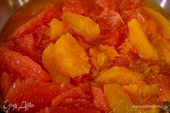 Когда сахар в сиропе полностью растворится, выложить в сковороду мякоть цитрусовых, влить коньяк и все немного прогреть, затем выключить огонь.