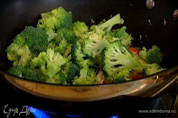 Добавить брокколи и чеснок, перемешать, влить соевый соус, кленовый сироп и обжаривать до готовности брокколи.