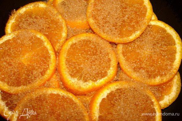 Апельсины (среднего размера) помыть, порезать дольками. На сахар выложить слой апельсинов, присыпать еще сахаром и так пока все дольки не закончатся. Верхний слой сахарный. Влить воду и поставить на медленный огонь на 2 часа. Томить апельсины под крышкой.